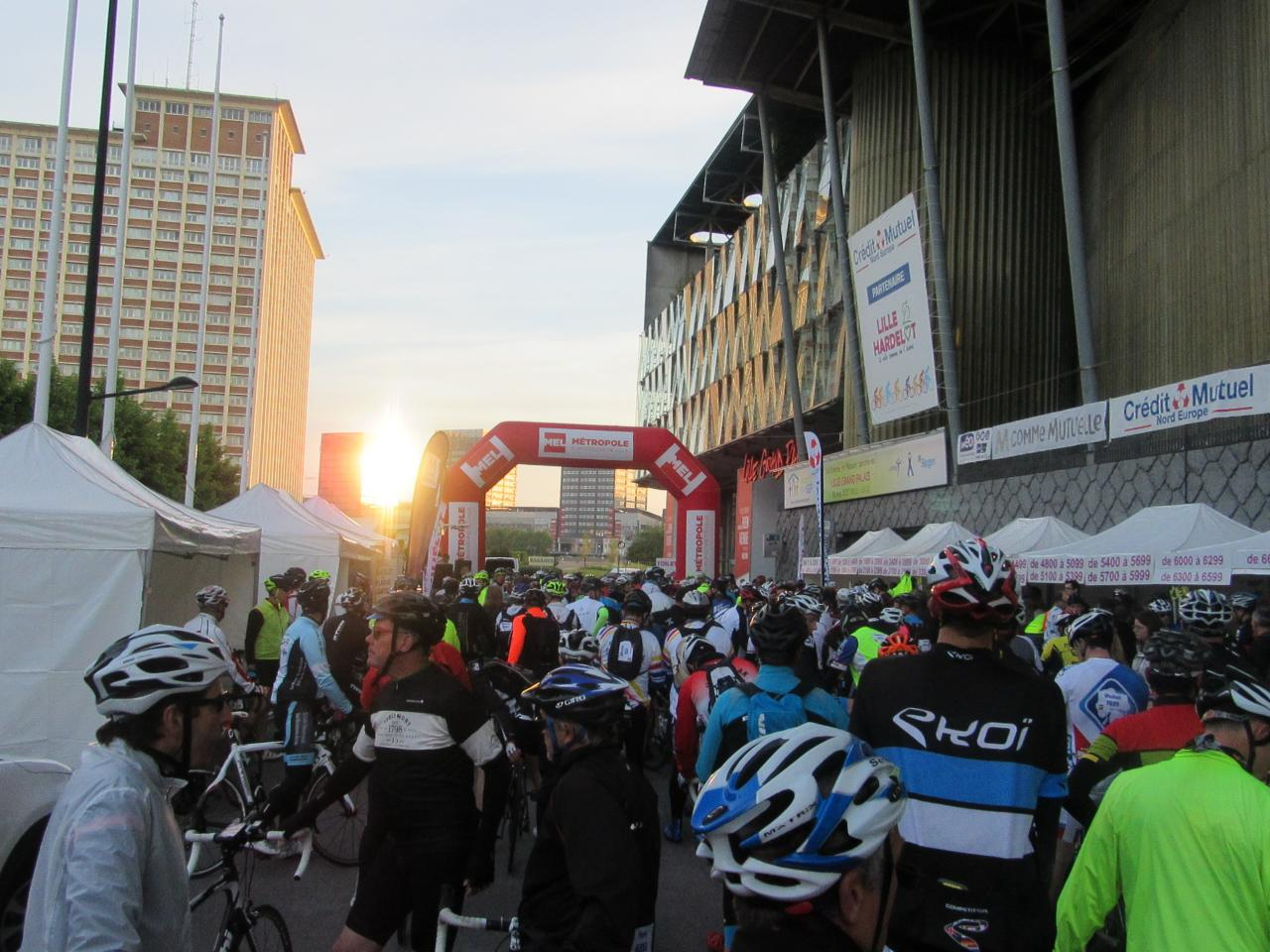 Les cyclos impatients de partir dès le lever du soleil